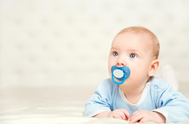 dziecko ze smoczkiem
